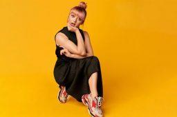 thumb2-maisie-williams-portrait-british-actress-photoshoot-yellow-background